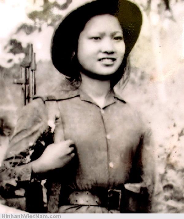 Nhân vật trong ảnh là nữ thanh niên xung phong Nguyễn Thị Cần, người Nghệ An. Cô là chiến sĩ thi đua cấp tỉnh năm 1967. Thời đó, các nữ thanh niên xung phong gánh vác những nhiệm vụ như vận chuyển lương thực, đạn dược ra tiền tuyến, cứu trợ thương binh và lấp hố bom mở đường.