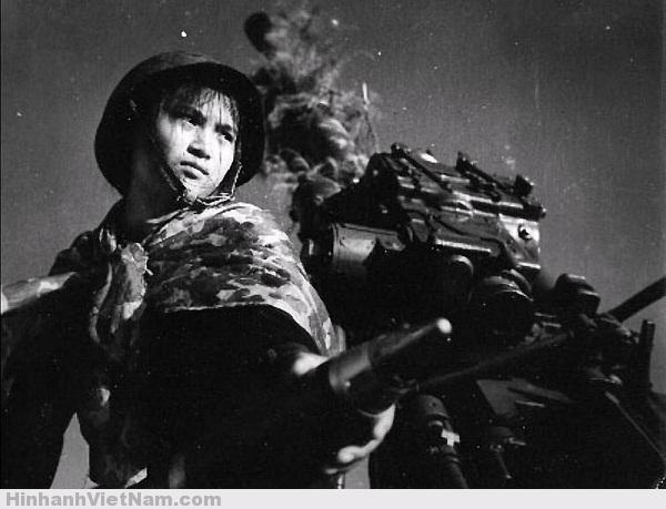 Sự kiên cường toát lên trong ánh mắt của người nữ chiến sĩ trong bức ảnh. Thời đó, những cô gái xung phong ra chiến trường với khát khao bảo vệ cuộc sống hòa bình của quê hương, thành quả mà ngày nay mỗi chúng ta đang được thừa hưởng.
