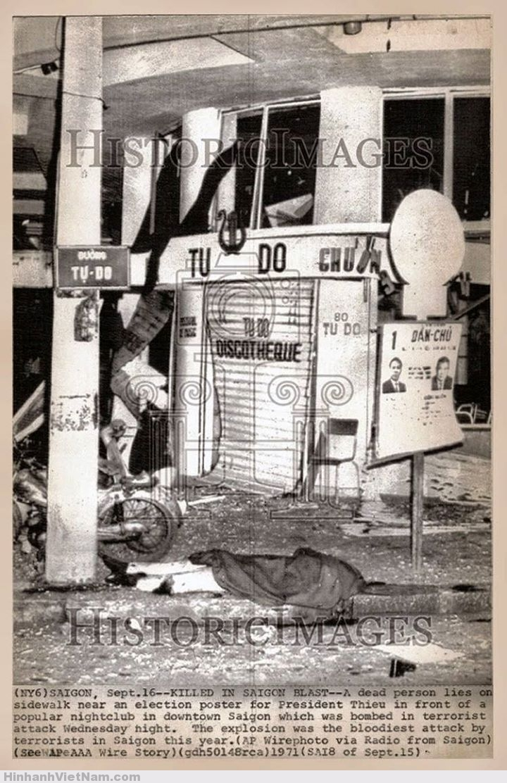 """Năm 1972 … một vụ khủng bố xảy ra tại phòng trà Tự Do …. thủ phạm là một phụ nữ ngồi chàng hảng sau yên một chiếc Honda SS50 đã liệng một chùm lựu đạn 4 trái vào tầng trệt của phòng trà lúc đó đang đầy khách … Tiếng nổ gây cho một số người bị thương … trong đó cỏ cả nữ ca sĩ Mai Hương … (ái nữ của bà Kiều Hạnh) … khi cô đang trình bày bản nhạc """"Love Story"""" của Francis Lai …. Chính quyền sau đó đã ra lịnh cấm tất cả những người ngồi """"chàng hảng"""" trên yên sau xe gắn máy cũng như các loại xe không động cơ khác …(*)"""