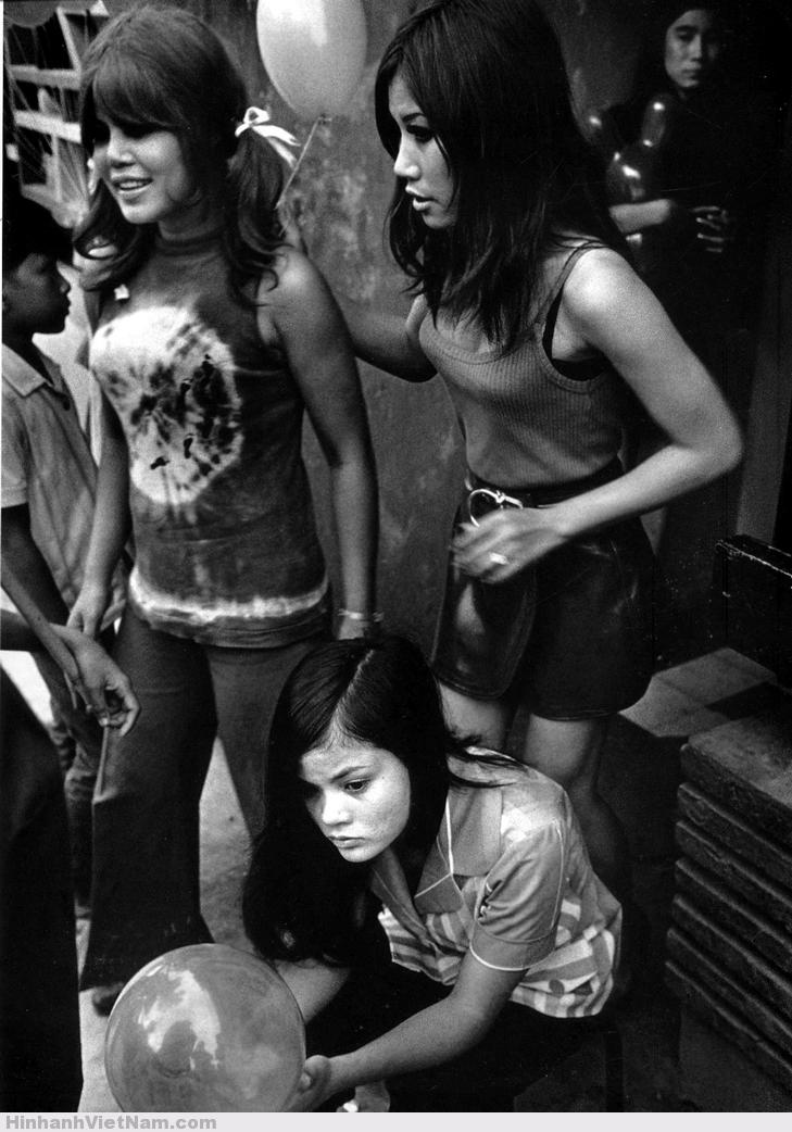 Gái làng chơi phía ngoài một quán bar ở Cần Thơ, 1970. Ảnh: Philip Jones Griffiths.