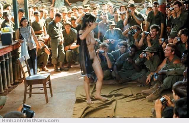 """Sau sự kiện này, diễn viên điện ảnh Kiều Chinh (được thể hiện mặc áo dài dân tộc trên Playboy) nói rằng cô ta đã giận dữ khi thấy ảnh mình xuất hiện cùng trang với các phụ nữ (nước khác) không mặc quần áo. Cùng kỳ với hàng ngàn phụ nữ Việt làm gái mại dâm cho lính Mỹ, Playboy đã không thể thuyết phục được một diễn viên, một người mẫu, hoặc một nữ thư ký người Việt nào thoát y. Người Việt bảo thủ về trang phục đến mức đề xuất làm trễ cổ áo dài xuống một inch sẽ làm nổ ra một cuộc tranh luận tương đương với tranh cãi ở phương Tây về áo tắm không có nửa trên (topless swim – suit)… Các tranh luận vẫn tiếp tục, nhưng (tới năm 1974), vẫn chưa hề có đề xuất rằng người Việt sẽ chuyển sang mặc các trang phục phương tây"""". Tuy nhiên, chỉ thế hệ tới lúc đó đã trưởng thành có cơ đứng vững. Từ năm 1965 chính quyền VNCH cho phép các giải trí trường kinh doanh nghề mại dâm. Nghề tú bà, ma cô từng hình thành từ thời quân đội viễn chinh Pháp, nay công khai phát triển. Cùng với sự xuất hiện của đồng đô la, lan tràn các quán rượu kiểu Mỹ, hộp đêm, nhà chứa, phòng tắm hơi… Tại đây công khai trao đổi xác thịt, kể cả kiểu đồng tính, mãi xoá đi những điệu vũ thướt tha và chuyện tình """"dị chủng"""" vụng trộm, hoa lá cành kiểu Pháp, tự truyện Continenetal Saigon (xuất bản 1976) của chủ cũ của Hôtel Cotinental đổi phận thành nhà văn Phillippe Franchini, than thở."""