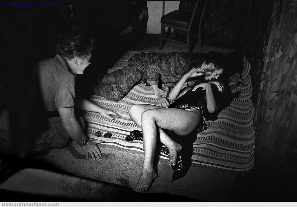 Lính Mỹ mây mưa với gái nhảy sau một buổi diễn phục vụ quân Mỹ ở Nhà Bè, ngoại ô Sài Gòn 1970. Ảnh: Philip Jones Griffiths