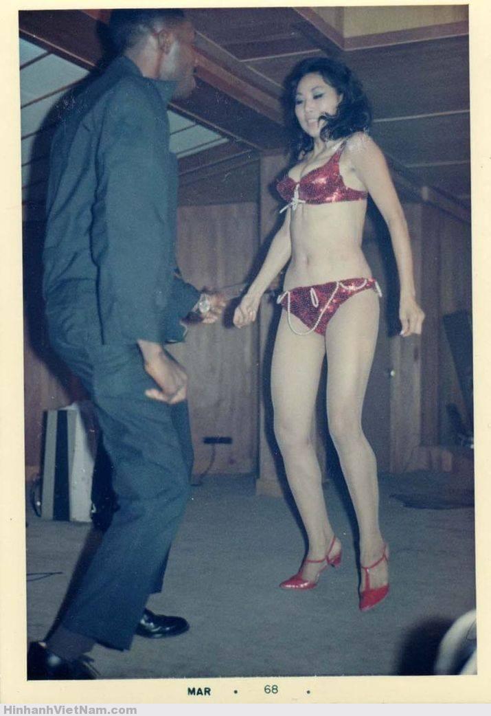 Lính Mỹ cặp kè với gái nhảy trong một hộp đêm ở Sài Gòn, tháng 3/1968. Ảnh: Warin Vietnam Tumblr.