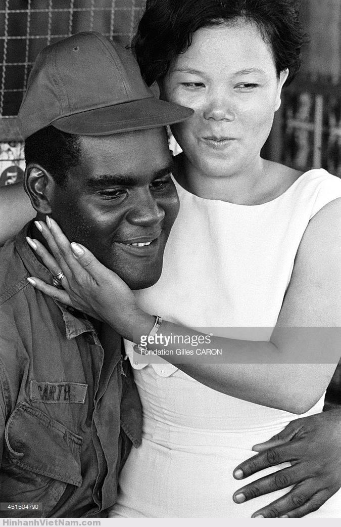 Cảnh tình tứ giữa người lính Mỹ da đen và nhân tình trong một quán bar ở Sài Gòn, tháng 9/1967. Ảnh: Gilles Caron.