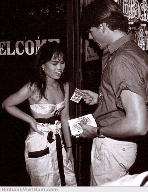 1 cô gái nhận tiền tip từ khách