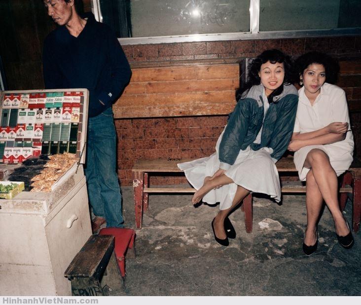 Trước 1 quán bar Sài Gòn, các ả đang chờ mối khách đã hẹn của mình