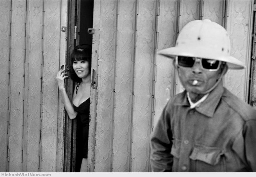 Một cô gái điếm chờ khách tại nhà thổ gần sân bay Tân Sơn Nhất, điểm đến quen thuộc của lính Mỹ, 1973. Ảnh: René Burri