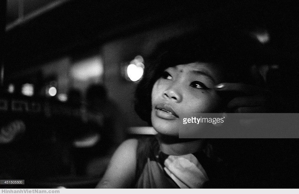 Khuôn mặt được trang điểm khá cẩn thận của một gái làng chơi. Ảnh chụp trong quán bar, Sài Gòn tháng 9/1967. Ảnh: Gilles Caron