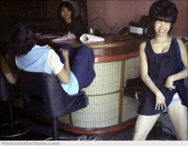Loạt ảnh do các phóng viên quốc tế thực hiện ở miền Nam Việt Nam trước 1975 Một cô gái điếm khoe thân mời chào khách trong quán bar ở Vũng Tàu năm 1970. Ảnh: Laurie Smith