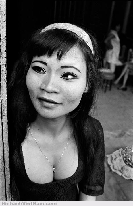 Chân dung một gái bán hoa ở miền Nam Việt Nam năm 1970. Ảnh: Philip Jones Griffiths.