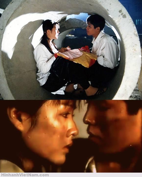 FILM : CHIẾC CHÌA KHÓA VÀNG Trong chiến tranh thời gian không chờ đợi ai, cần phải trân trọng những phút giây bên nhau. Đó là lời nhắn gửi mà bộ phim Chiếc chìa khóa vàng mang lại cho người xem. Phim xoay quanh một đôi trai gái, chàng trai tên Dũng (Ngọc Bảo) được gọi nhập ngũ lên đường đi chiến đấu, trong khi đó anh lại sắp cưới Nguyệt (Mỹ Duyên), cô gái mà anh yêu. Họ chỉ còn 1 ngày trước khi anh lên đường, trong thời kỳ khói lửa để tìm một phòng tân hôn là vô cùng khó. Dũng và Nguyệt đã vượt qua nhiều thử thách, bom đạn để tìm được Chiếc chìa khóa vàng cho căn phòng của họ. Tiếc thay, khi chiếc chìa khóa xuất hiện cũng là lúc Dũng phải lên đường....