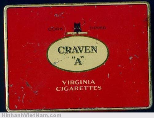 """Loại thuốc lá Bác ưa thích? Chúng ta vốn lờ mờ biết rằng Bác thích thuốc lá Mỹ, khi hút thuốc lá Trung quốc thì Người bị ho và sau đó người đã bỏ thuốc lá. Bỏ xong chưa được bao năm thì Người từ trần. Thuốc lá Mỹ mà nổi tiếng vào thời đó có thể là Camel, Philip Morris.. Tóm lại phải là sợi thuốc Virgnia đượm nắng. Nhưng Bác Hồ thường hút loại nào trong giai đoạn làm Chủ tịch nước? Có hai câu chuyện sau cho ta manh mối 1. """" Sáng hôm sau ông y hẹn đến gặp Bác. Bác hồ mời uống nước trà và đưa hộp Craven """"A"""" mời ông. Nguyễn Sơn cảm ơn và bẻ điếu thuốc nhét vào tẩu thuốc của ông. Ông châm lửa hút. Kiểu cách cầm ống điếu có vẻ phong lưu công tử."""" 2. Họa sĩ Phan Kế An Trong 3 tuần được làm việc cạnh Bác, tranh thủ từng giây phút, với bút chì và bút sắt, Phan Kế An đã vẽ rất nhiều tranh và ký họa. Đến bây giờ nhớ lại, cụ vẫn cho rằng đó là món quà vô giá mà mình có được. Trong thời gian gần Bác, Phan Kế An học được những bài học lớn thông qua những câu chuyện, những hành động giản dị của Người. Trong ký ức họa sĩ già còn nhớ rất rõ, lúc đó Bác có hộp thuốc lá Craven A, mỗi hộp có 50 điếu thuốc. Lần nào Bác hút thuốc cũng mời Phan Kế An một điếu và ân cần châm diêm cho. Vì phải tranh thủ vẽ nên có những lúc An không kịp hút thuốc mà bỏ vào túi. Chợt nhớ ở cơ quan (báo Sự thật), rất nhiều anh em hoạt động cách mạng từ lâu mà chưa được gặp Bác, nếu có điếu thuốc của Bác làm kỷ niệm thì chắc vui và tự hào lắm. Thế là Phan Kế An """"nuôi"""" ý định gom góp thuốc về tặng anh em, xem như """"lộc"""" cùng hưởng. Hôm trước khi kết thúc nhiệm vụ, được Bác mời một điếu thuốc, nhưng đang vẽ dở những nét cuối, họa sĩ chưa kịp hút, lại bỏ vào túi, chợt nghe tiếng Bác hỏi: """"An tích trữ được bao nhiêu điếu rồi?"""". An bày tỏ ý định mang thuốc về tặng anh em và mới tích trữ được 13 điếu, Bác hỏi trong cơ quan có bao nhiêu người. Con số 30 được đưa ra, thế là Bác rút thêm 17 điếu để An mang về làm quà. Vậy có thể kết luận Bác hút Craven """"A"""" trong giai đoạn làm chủ tịch nước."""