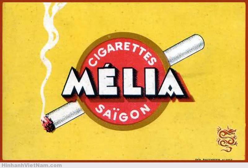"""Ngoài các loại thuốc lá ngoại nhập như Pall Mall, Salem, Lucky Strike, Philip Morris, Camel, Winston, Marlboro… có rất nhiều nhãn hiệu thuốc được sản xuất tại Sài Gòn. E.Mélia """"vàng"""" Mélia """"vàng"""", còn gọi là """"Mélia Jaune"""", là một trong những nhãn hiệu thuốc lâu đời nhất. Vào lúc mới tung ra sản phẩm, mỗi gói thuốc Mélia đều có một tấm hình chụp một cặp Tây Ðầm hôn nhau rất tình tứ, đó cũng là một cách tiếp thị! Chỉ có các ông Giáo sư và các thầy Thông, thầy Phán có tiền rủng rỉnh mới hút thứ thuốc """"sang trọng"""" đó."""