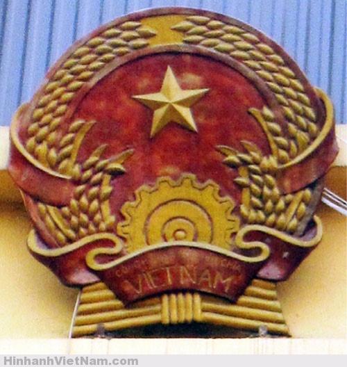 Quốc huy trên trụ sở TAND TP Hà Nội